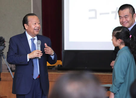 Alla fine dell'evento è stato fatto un annuncio a sorpresa: nell'ambito del progetto Kifubon, tutti i bambini presenti avrebbero ricevuto una copia del libro illustrato. I bambini hanno gridato di gioia.